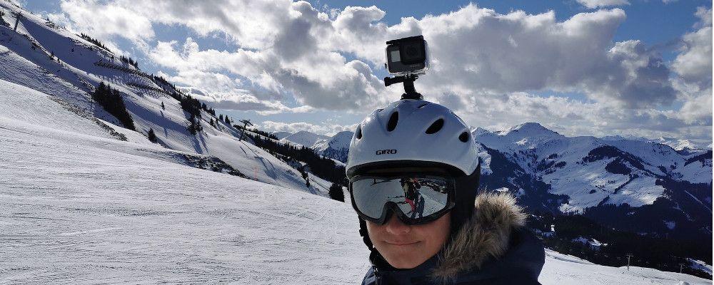 Photo d'une GoPro dans un caisson étanche fixée sur un casque de ski